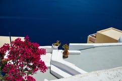 Voyage idyllique vers l'île de Santorini Photo stock