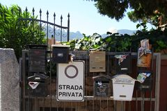 Voyage Italie : boîtes aux lettres en Sardaigne photos stock