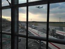 Voyage occupé d'aéroport de Heathrow Photographie stock libre de droits