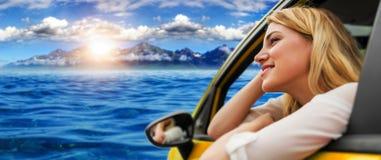 Voyage ou vacances Belle fille blonde dans la voiture sur la route vers la mer Photographie stock