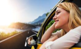 Voyage ou vacances Belle fille blonde dans la voiture sur la route vers la mer Photos stock