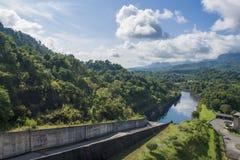 Voyage par la rivière et les montagnes photographie stock