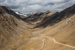 Voyage par la route au fond de montagnes de l'Himalaya du lardakh de leh, indi Photos libres de droits