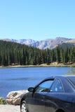 Voyage par la route au lac et aux montagnes photographie stock libre de droits