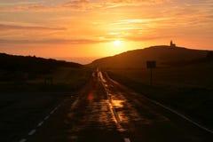 Voyage par la route de coucher du soleil glorieux images stock