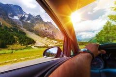 Voyage par la route de montagnes photos libres de droits