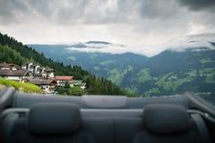 Voyage par la route Vue arrière scénique de la voiture de cabriolet sur les montagnes d'Alpes Photo stock