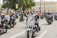 Voyage plus loin sur un groupe de cyclistes photographie stock