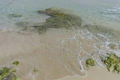 Voyage, roches par la mer avec des vagues du nex de la mer Méditerranée Photo libre de droits