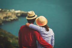 Voyage romantique - les jeunes couples affectueux heureux sur la mer vacation image stock