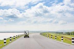 Voyage scénique de route de paysage sur la route vide et le chariot de golf électrique images stock
