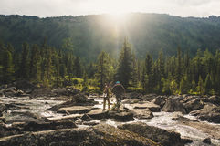 Voyage se baladant de jeunes couples dans la belle traînée de montagne Photographie stock