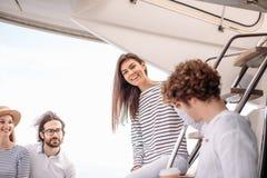 Voyage, seatrip, amitié et concept de personnes - amis s'asseyant sur la plate-forme de yacht Photos stock