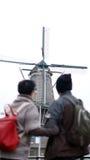 Voyage supérieur asiatique d'anniversaire de couples au moulin à vent néerlandais dedans Photographie stock