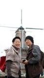 Voyage supérieur asiatique d'anniversaire de couples pour voir le moulin à vent néerlandais Images stock