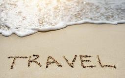 Voyage sur la plage sablonneuse près de la mer Photographie stock libre de droits