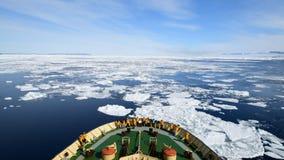 Voyage sur le brise-glace dans la glace, Antarctique banque de vidéos