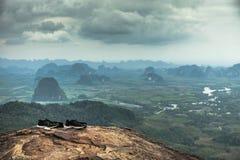Voyage sur une montagne riche de forêt Itinéraire aménagé pour amateurs de la nature de Tab Kak Hang Nak Hill Photos stock