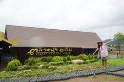 Voyage thaïlandais asiatique de femme et pose au marché de flottement de phuket Photographie stock libre de droits