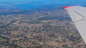 Voyage, tourisme, concept de destination Aile d'un vol d'avion au-dessus des nuages en ciel bleu banque de vidéos