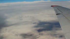 Voyage, tourisme, concept de destination Aile d'un vol d'avion au-dessus des nuages en ciel bleu clips vidéos