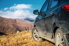 Voyage tous terrains sur la voiture sur la route de montagne dans Caucase, la Géorgie Photos libres de droits