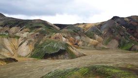 Voyage vers l'Islande Beau paysage islandais avec les montagnes, le ciel et les nuages Trekking en parc national banque de vidéos