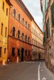 Voyage vers l'Italie Les rues étroites de Sienne avec les maisons colorées Image libre de droits