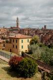 Voyage vers l'Italie Les rues étroites de Sienne avec les maisons colorées Images stock