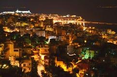 Voyage vers la Grèce : Ville de nuit par la mer photographie stock libre de droits