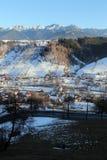 Voyage vers la Roumanie : Village sous des montagnes photos stock