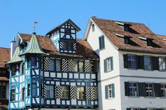 Voyage vers la Suisse Maison en bois avec un toit de façade peinte peu commune et de tuile rouge photos stock