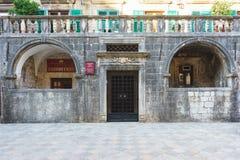 voyage vers le Monténégro Bâtiments et places médiévaux dans la ville antique Kotor Image libre de droits