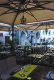 voyage vers le Monténégro Restaurant confortable de café sur les rues de la ville antique de la forteresse de Kotor Photographie stock libre de droits