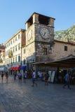 voyage vers le Monténégro Tour d'horloge dans la place de la ville antique de Kotor Photo stock