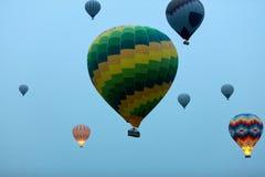 Voyage Vol chaud coloré de ballons à air en ciel bleu dans le matin photos libres de droits