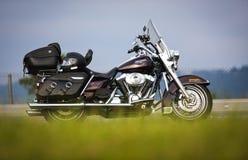 Voyageant avec une moto de Harley Davidson, roi de route photographie stock libre de droits