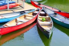 Voyageant des canoës amarrés au bassin de Shadwell Photo stock