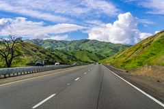 Voyageant par les collines vert clair dans la région de San Francisco Bay du sud, la Californie photo libre de droits