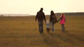 voyages de famille avec le chien sur la plaine travail d'?quipe d'une famille tr?s unie m?re, petit enfant et filles et animaux f clips vidéos