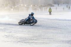 Voyages non marqués extrêmes de motocycliste image libre de droits