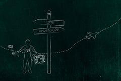 Voyageur à côté de panneau routier avec l'alternative d de maison et d'aventure Photographie stock libre de droits