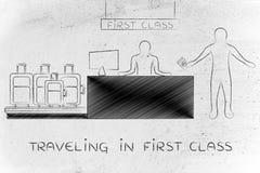 Voyageur à l'enregistrement d'aéroport de baisse de sac, voyageant dans la première classe Photos libres de droits