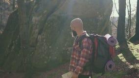 Voyageur élégant d'homme de hippie avec le sac à dos tenant la carte et l'explorant sur l'envie de voyager de concept de voyage d banque de vidéos