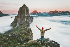 Voyageur appréciant la montagne de Segla de coucher du soleil augmentant l'aventure images stock
