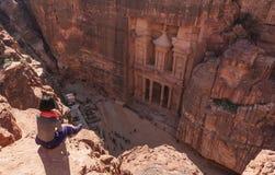 Voyageur appréciant la vue aérienne de à PETRA antique de ville à Amman, Jordanie photo stock