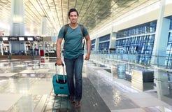Voyageur asiatique beau marchant avec le sac et la valise Photo stock