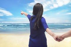 Voyageur asiatique de couples de portrait tenant la main et le pointage Images stock