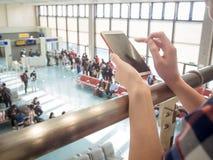 Voyageur asiatique de femme à l'aide du téléphone portable Images libres de droits