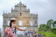 Voyageur asiatique de hippie regardant aux ruines du ` s de St Paul photos libres de droits
